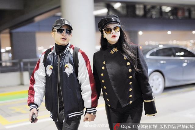 1月10日,邹市明与娇妻冉莹颖现身虹桥机场 十指相扣恩爱十足。