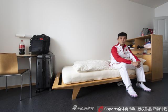 10月11日,中国男子冰球队开启瑞士学习之旅,当地球队汉语写下热烈欢迎。