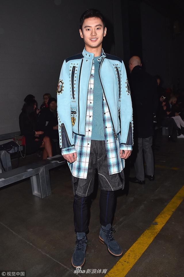 2018年1月13日,意大利米兰,宁泽涛混搭造型现身2018米兰男装周观秀,面对镜头自信露笑。