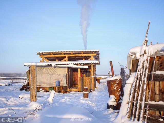 """俄罗斯西伯利亚腹地的萨哈共和国的冬天异常寒冷,白天只持续3个小时,温度通常在零下60度左右。那里的居民雅库特人挨过寒冬有赖于一种皮毛超厚的骏马。这种马为稀有品种,俗称""""雅库特马"""""""