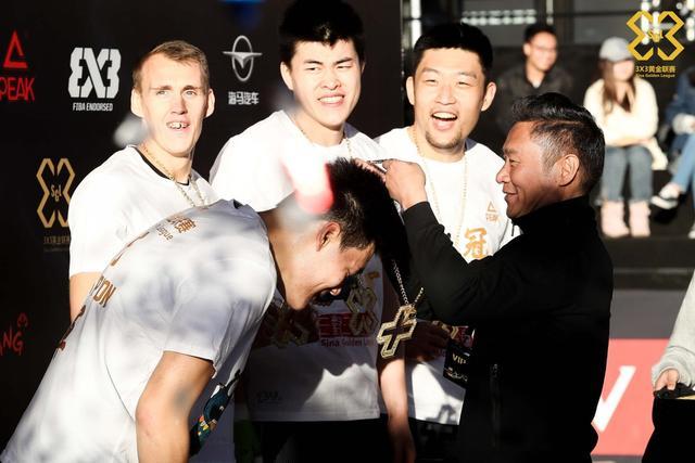10月9日,3X3黄金联赛全国总决赛落幕,代表北京出战的NoWhoWho队卫冕男子组总冠军,北京站冠军魏桥队获得女子组冠军。新浪体育高级副总裁魏江雷、中国篮球名宿巴特尔等人为获奖选手们颁奖。