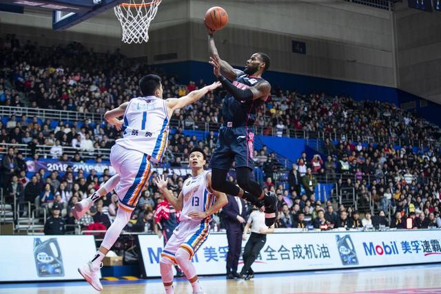 北京时间2月12日,CBA联赛第39轮,上海110-104广东
