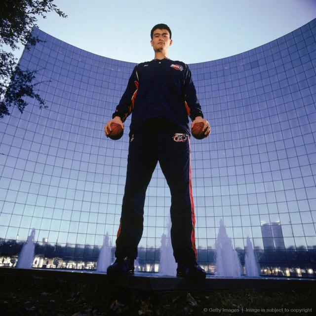姚明在2004年拍摄的一组写真,巨人也能拍出小清新的感觉。
