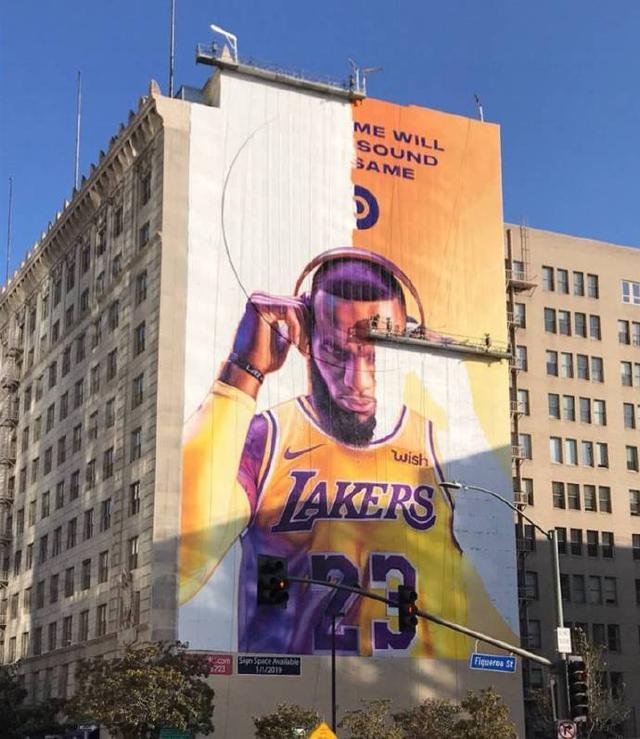 北京时间10月12日,洛杉矶街头又出现了詹姆斯的耳机广告。来到洛杉矶之后,詹姆斯已经成为了人类海报精华。