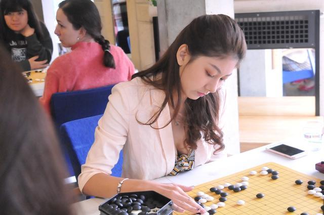 英国时间7月12日上午,第五届世界大学生围棋锦标赛在剑桥大学继续进行,图为次日比赛现场精彩瞬间。(摄影:李新舟)
