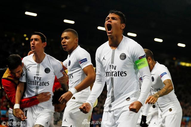 欧冠1/8决赛首回合焦点战,曼联主场0比2不敌巴黎圣日耳曼,索尔斯克亚遭遇执教首败。金彭贝和姆巴佩先后进球,迪马利亚2次助攻,博格巴终场前被罚下。