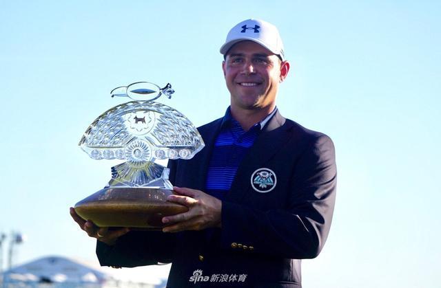 北京时间2月5日,凤凰城公开赛决赛轮,美国选手加里-伍德兰德延长赛取胜,赢得美巡第三冠。福勒遭遇崩盘,排名并列11位。