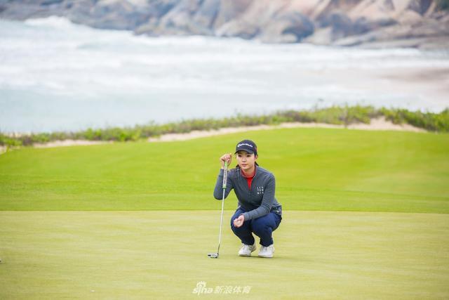 北京时间2月7日,2018女子中巡资格考试在神州高尔夫球会战罢首轮。澳大利亚24岁女将塔妮亚单独领先,业余小将杜墨含、李耕姗并列第二。(摄影:睿体育)