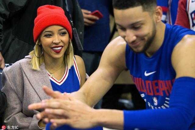 当地时间2018年4月16日,美国费城,17/18赛季NBA季后赛首轮第2场,76人VS热火。西蒙斯与女友热聊