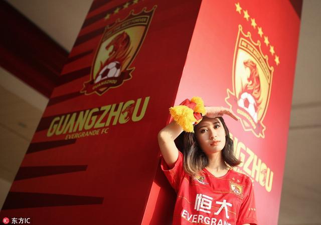 2018年3月23日,广东广州,恒大美女球迷天河场外大片,为七冠恒大助威。