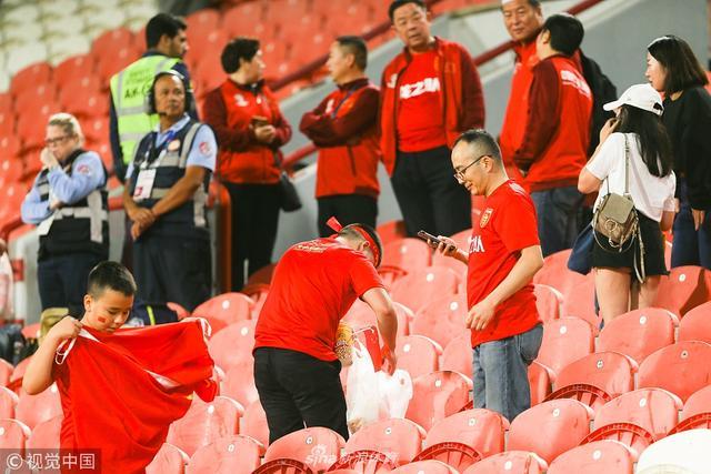 2019年1月11日,阿联酋,2019亚洲杯小组赛C组,菲律宾0-3中国,中国球迷赛后清理垃圾。