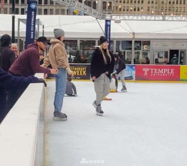 """当地时间2018年12月3日,美国费城,本·西蒙斯(Ben Simmons)和肯达尔·詹娜(Kendall Jenner)现身溜冰场。肯达尔·詹娜在溜冰场上来去自如,大秀滑冰技巧变""""冰上飞人"""",男友本·西蒙斯在场外静静观看,并没有进去和女友一同滑冰。"""