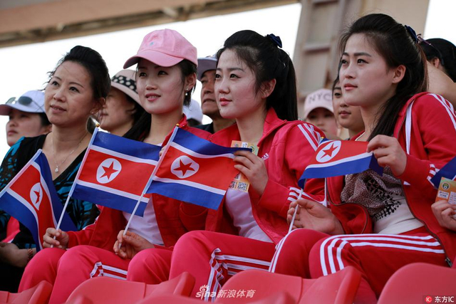 2017年4月18日,金山体育中心,首届东亚足联U15女子足球锦标赛第2轮比赛继续进行,中国队VS朝鲜队,吸引众多朝鲜美女来观战,成为赛场一道靓丽风景线。