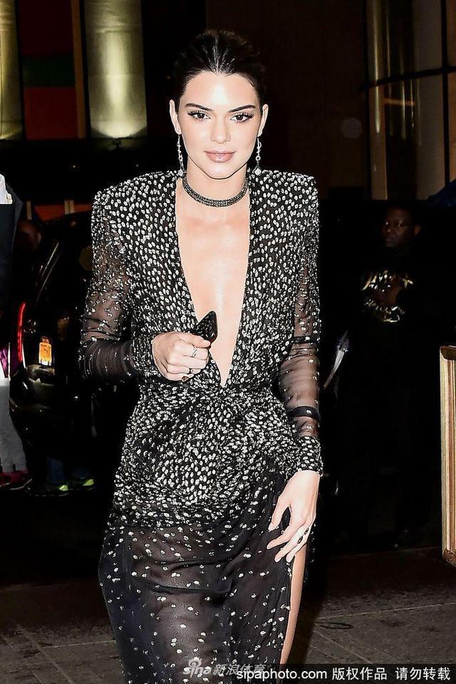 当地时间2017年4月19日,美国纽约,超模肯达尔·詹娜(Kendall Jenner)穿超级性感礼裙现身街头,深V至肚脐手遮胸部防走光。