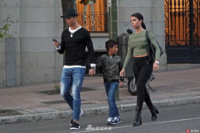 当地时间2017年4月20日,西班牙马德里,C罗携女友爱子出街,左顾右盼紧盯狗仔。