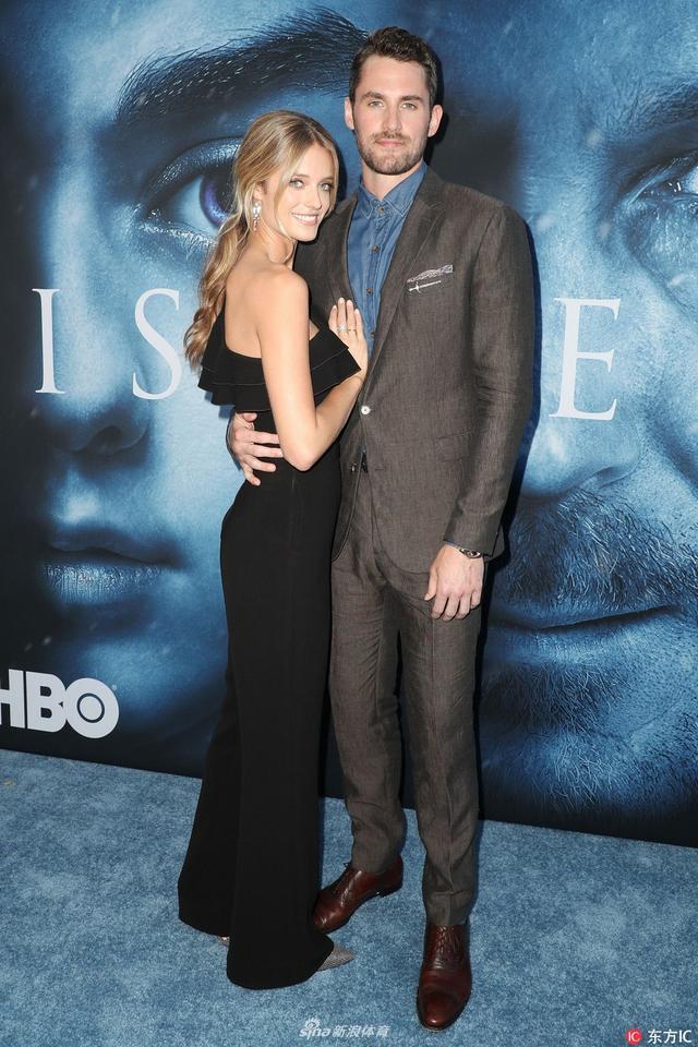 当地时间2017年7月12日,勒夫携女友出席《权力的游戏》首映式,一袭西装帅气挺拔女友小露香肩。