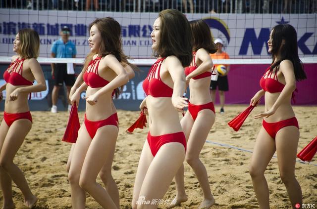 2017年10月12日,广西钦州,2017年世界沙滩排球巡回赛钦州公开赛开赛。靓丽的沙滩宝贝热舞助兴。