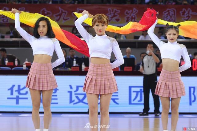 2017年10月12日,江苏溧阳,17/18赛季CBA季前赛,深圳VS青岛潍坊高新。啦啦宝贝劲歌热舞。