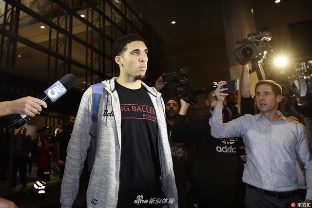 当地时间2017年11月14日,美国洛杉矶,球弟利安杰洛-鲍尔与队友现身洛杉矶机场,媒体针对中国偷包事件紧追不舍。