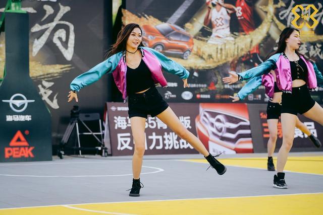 北京时间4月15日,3X3黄金联赛南京站决赛日的啦啦操大赛上,啦啦队的姑娘们献上了精彩的表演。
