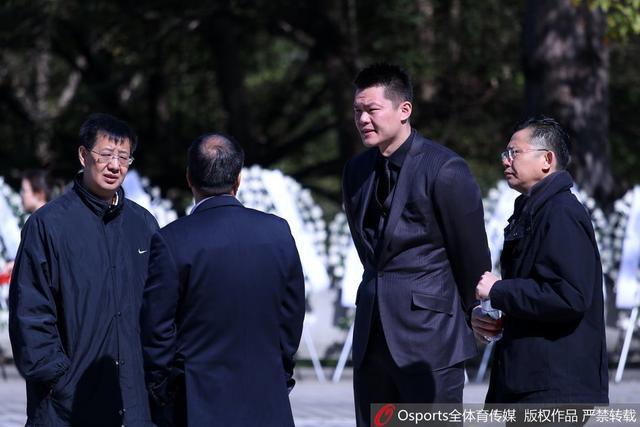 """1月12日,""""宏远之父""""陈林遗体告别仪式,宏远系众球员到场悼念。"""