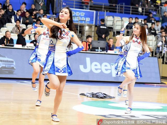 2017年12月6日,2017-2018赛季CBA联赛第12轮:上海大鲨鱼vs浙江稠州银行 篮球宝贝可爱助威。