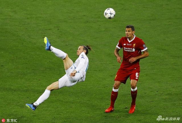 北京时间5月27日2时45分(乌克兰当地时间26日19时45分),第63届欧冠决赛也是第26届冠军联赛决赛在基辅奥林匹克体育场打响,皇马3比1击败利物浦,成为首支冠军联赛3连冠球队和第4支欧冠3连冠球队。萨拉赫和卡瓦哈尔先后受伤流泪下场。本泽马进球无效。下半时,伊斯科打中横梁,卡里乌斯低级失误,本泽马打破僵局,马内扳平比分。贝尔替补出场122秒惊天倒钩破门。马内远射中柱。卡里乌斯再度失误,将贝尔远射漏进门内。贝尔成为首位冠军联赛决赛替补梅开二度的球员。