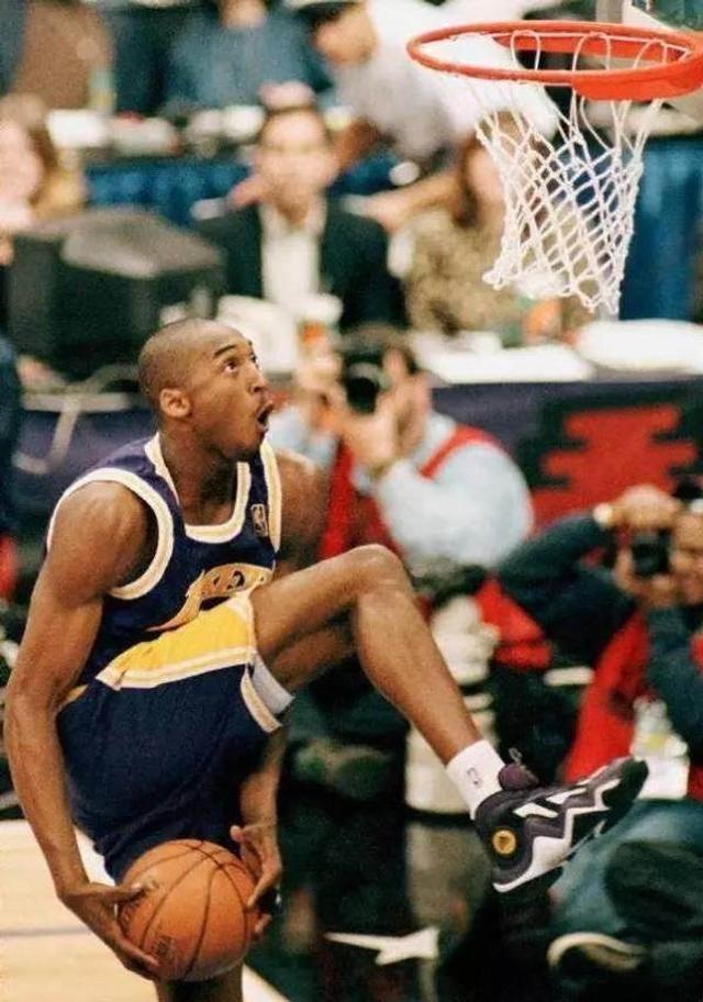 1997年2月8日,18岁的科比正在全明星周末的扣篮大赛中完成胯下换手扣篮;比赛结束后,科比成为了当时NBA历史上最年轻的扣篮大赛冠军。