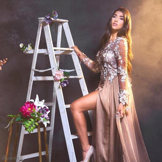 NBA国王老板印度IT大亨维维克-拉纳戴夫的爱女阿佳丽-拉纳戴夫身材火辣性感,当特有的印度美女的风情加上现代女性的大胆性感,会多么完美呢?