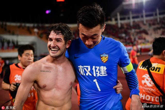 北京时间5月15日,2018赛季亚冠1/8决赛次回合,天津权健客场2-2战平恒大,依靠客场进球优势晋级八强,赛后帕托半裸激情庆祝。