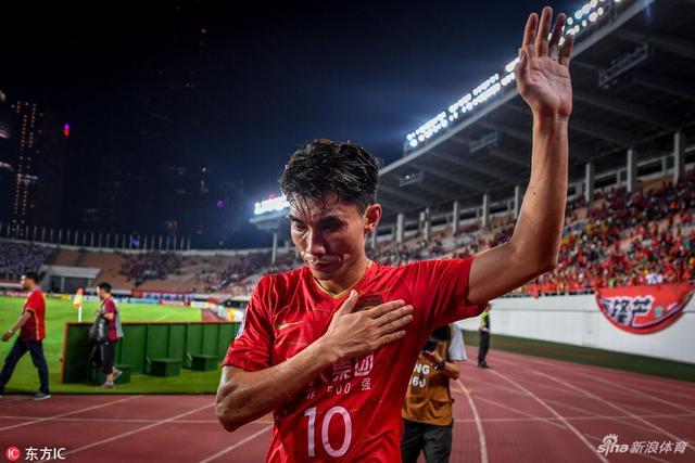 北京时间5月15日,亚冠1/8决赛次回合,恒大主场2-2战平权健,因客场进球劣势被淘汰,恒大众将赛后难掩沮丧。