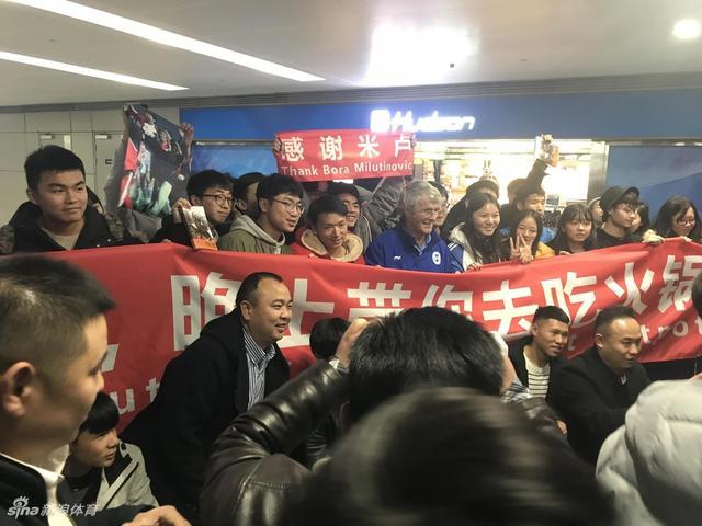 北京时间1月13日消息,足金梦想导师米卢抵达成都,将助阵足金联赛总决赛。