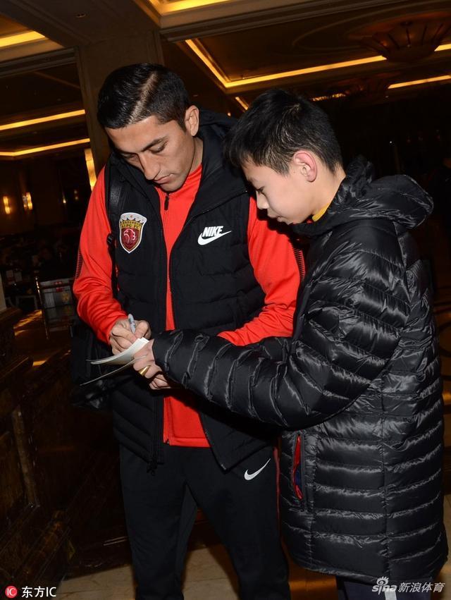 北京时间1月12日,上海上港俱乐部出发迪拜冬训,孔卡、埃神、奥斯卡、胡尔克、艾哈迈多夫5大外援齐聚。