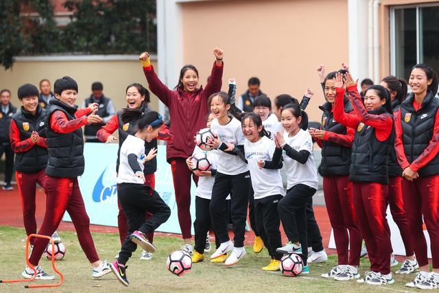 中国女足校园行与小球员互动