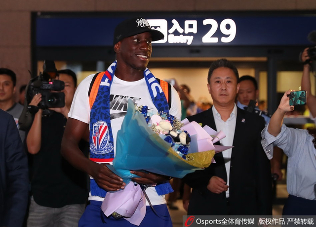 6月12日,登巴巴抵沪重返申花,大批球迷机场迎接