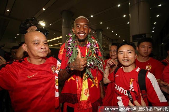 7月9日凌晨,广州恒大结束海外集训深夜归来,巴西新外援塔里斯卡大受球迷欢迎。
