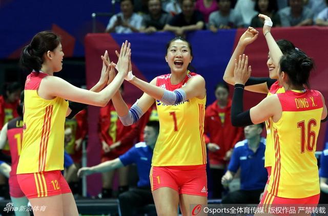 5月16日晚,2018年世界女排联赛宁波北仑站结束了次轮角逐。面对年轻选手主打的比利时,攻防全面占优的中国女排14名选手轮番出场,仍成功零封对手赢得两连胜,三局比分为25-14、25-20和25-13。