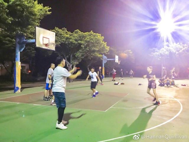 周杰伦和昆凌深夜在街头篮球场上与友人打篮球。