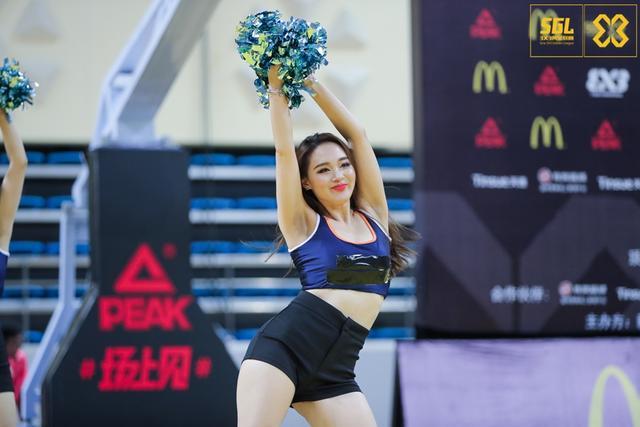 北京时间8月13日,3x3黄金联赛青岛站,啦啦队美女大秀舞技,美不胜收。摄影:赵健