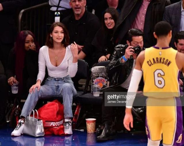 维密超模贝拉-哈蒂德曾被曝出与菲律宾裔的NBA球星克拉克森交往过,还曾被拍到在现场为小克加油助威。不知道如果克拉克森有资格代表菲律宾国家队出战亚运会,贝拉-哈蒂德还会不会出现在场边。