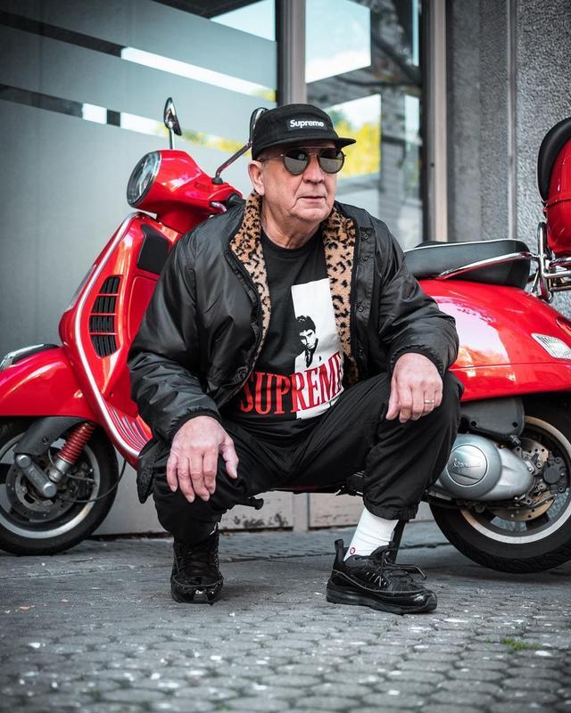 这位72岁的德国老人叫做Alojz Abram,最爱各种潮牌。虽然已经是古稀之年,但上身穿搭仍尽显潮男气质,在社交网络上收获了无数粉丝。
