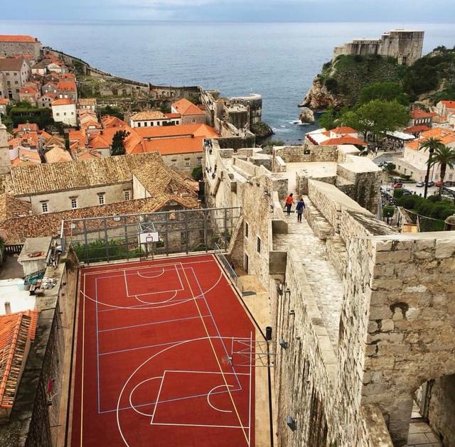 一起来欣赏那些来自世界各地的、美得令人窒息的篮球场。