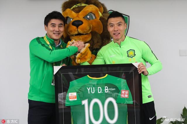 北京时间11月7日,在和申花的比赛结束后,国安队长获得了一件百场里程的纪念球衣。