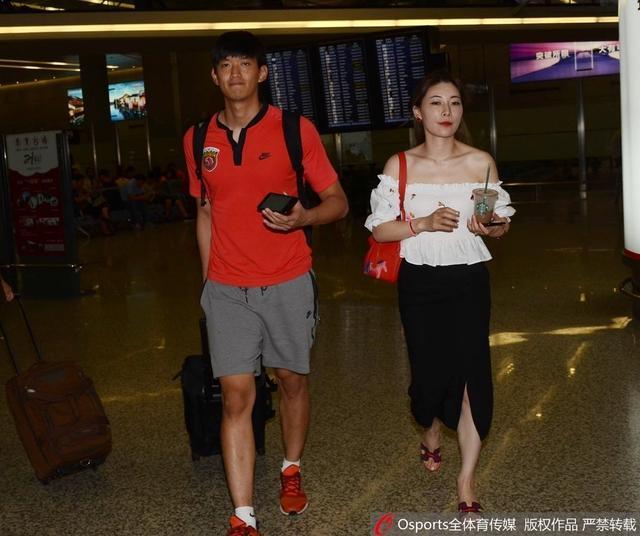 北京时间9月13日,上港昨晚经过点球大战,涉险淘汰恒大晋级亚冠4强,众将今日抵达上海。