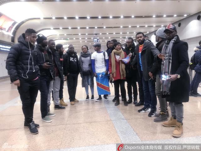北京时间2月14日,结束了海外拉练的国安队抵达北京,众将略显疲惫。