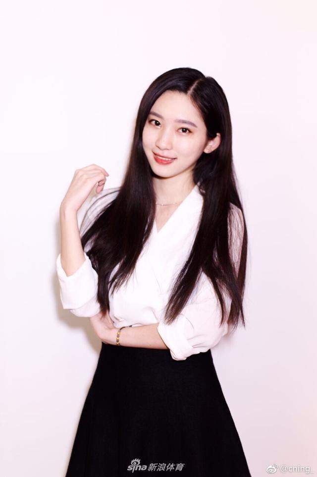 @cning_ 因甜美长相拥有大批粉丝,日前亮相雅迪杯足金精英赛更是甜翻众多球迷,被网友称新奶茶妹妹。