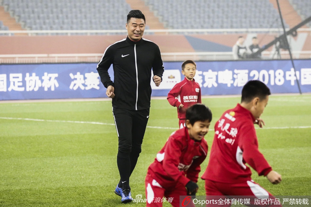 足协杯决赛次回合,国安名宿邵佳一,鲁能名宿韩鹏与小球员一起为足协杯决赛暖场。