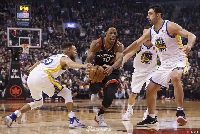 北京时间1月14日,NBA常规赛一场焦点战,金州勇士做客挑战多伦多猛龙,最终勇士127-125险胜猛龙,库里罚球锁定胜局。
