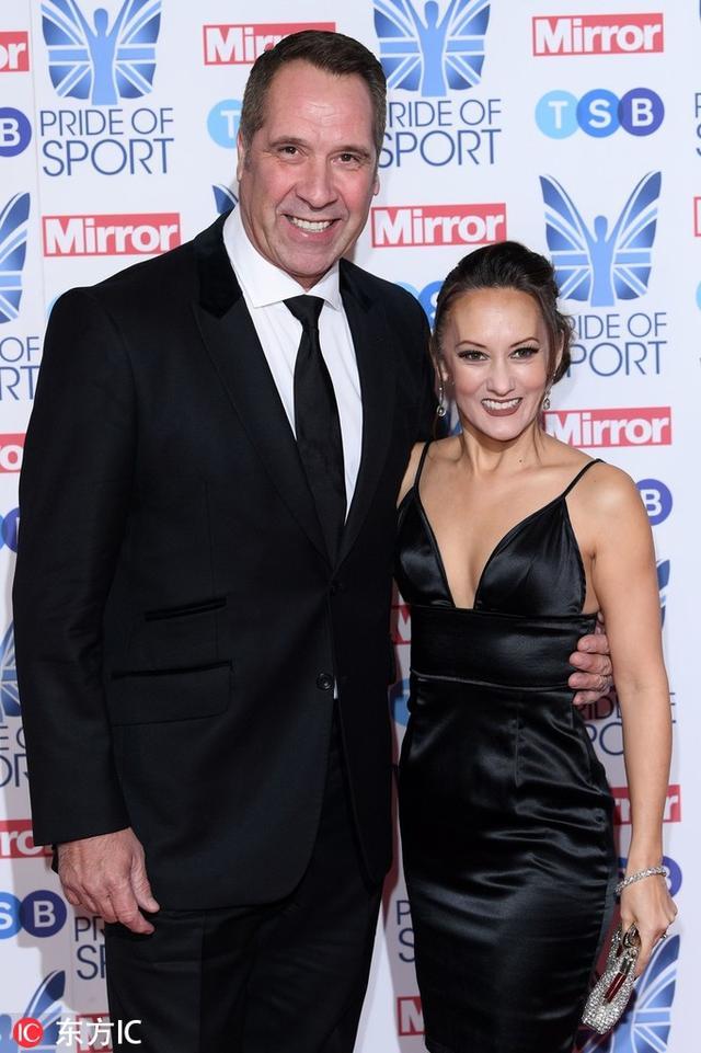 英国伦敦,大卫-希曼携娇妻亮相镜报颁奖礼。