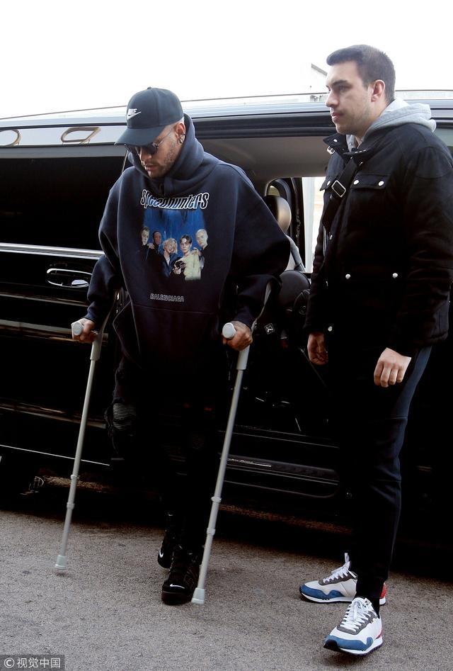 内马尔拄杖现身巴塞罗那 全程冷漠拒绝接受采访